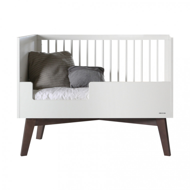 Kidsmill Sixties Babykamer Wit Mat / Walnoot | Bed 70 x 140 cm + Commode + Kast 2-Deurs